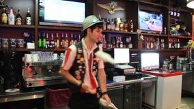 Flairing. O empregado de bar manipula garrafas. Habilidade profissional filme