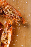flakes grillade räkor saltar wood räkor arkivbild