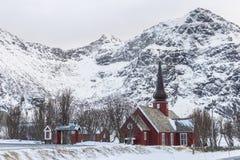 Flakstad kościół, piękny czerwony drewniany kościół w śnieżnym moun obraz royalty free