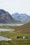 Flakstads Serpentinenroadon der Fjord Stockfoto