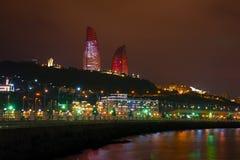 Flamе塔和一个城市堤防在12月晚上 巴库,阿塞拜疆 库存图片