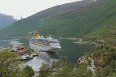 Flam, Νορβηγία - 12 Ιουνίου 2016: Σκάφος της γραμμής κρουαζιέρας στο χώρο στάθμευσης πρόσδεσης σε Aurlandsfjorden στοκ εικόνες