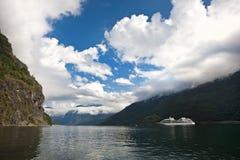 Flam Fjord, Norwegen mit Kreuzschiff Lizenzfreie Stockbilder