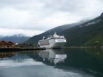 Flam, Noorwegen - Juli 18, 2007: Het parkeren van de cruisevoering in Aurlandsfjorden royalty-vrije stock afbeelding