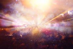 Flama abstracta de la lente imagen del concepto del fondo del viaje del espacio o del tiempo sobre colores oscuros y luces brilla Fotos de archivo