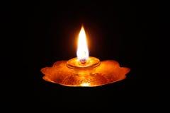 A flama de encontro a um fundo preto Fotografia de Stock