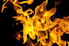 Flamas do incêndio em um fundo preto Foto de Stock Royalty Free