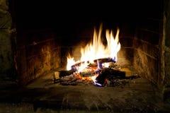 Flamas do incêndio em uma chaminé Foto de Stock Royalty Free