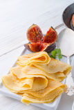 Flambéed薄煎饼用无花果和樱桃 图库摄影