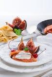 Flambéed pannkakor med fikonträd och körsbär Royaltyfri Bild