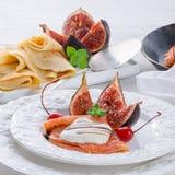 Flambéed pannkakor med fikonträd och körsbär Royaltyfri Fotografi