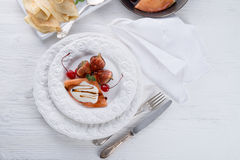 flambed薄煎饼用无花果和樱桃 库存图片