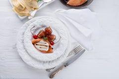 flambed pannkakor med fikonträd och körsbär Fotografering för Bildbyråer