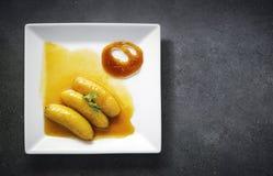 Flambeed a fait frire la banane en caramel orange de réduction et de mandarine Photographie stock libre de droits