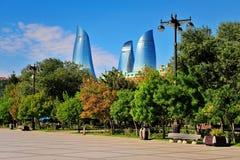 Flambez les tours et le bord de mer de Bakou, Azerbaïdjan Images stock