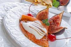Flambiertes pfannkuchen mit feigen und kirschen Stock Image