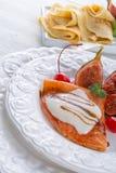 Flambiertes pfannkuchen mit-feigenund kirschen Royaltyfri Fotografi