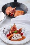 Flambiertes pfannkuchen und feigen mit kirschen Стоковые Фотографии RF