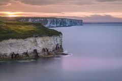 Flamborough klippor på solnedgången royaltyfri fotografi