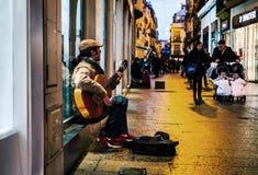 Flamenco κιθαρίστας στις οδούς της Σεβίλλης τη νύχτα στοκ εικόνα με δικαίωμα ελεύθερης χρήσης