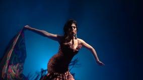 flamenco Девушка танцует с manton в ее руках Свет от позади Предпосылка сини дыма движение медленное сток-видео
