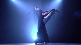 flamenco Девушка танцует с manton в руках испанского зажигательного танца Llight от позади детали проверки сведений большие больш видеоматериал