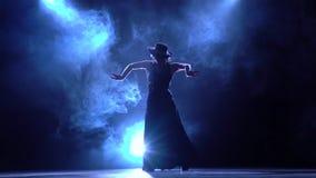 flamenco Женщина в поворотах шикарных платья в зажигательном танце Llight от позади детали проверки сведений большие больше много видеоматериал