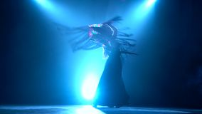 flamenco Женщина танцует с manton в ее руках Llight от позади детали проверки сведений большие больше много моего другого дыма се акции видеоматериалы