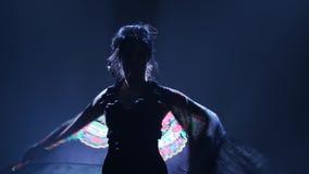 flamenco Женщина танцует с manton в руках зажигательного танца Llight от позади детали проверки сведений большие больше много мое видеоматериал