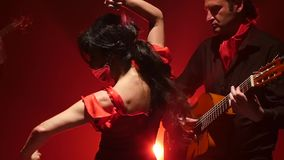 flamenco Танцор выполняет движения с ее руками к музыке на гитаре Свет от позади детали проверки сведений большие больше много мо сток-видео
