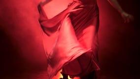 flamenco Танцор в ритме музыки развивает юбку Llight от позади детали проверки сведений большие больше много моего другого дыма с акции видеоматериалы