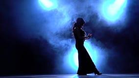 flamenco Танцор в темной комнате выполняет элегантные движения с ее руками Llight от позади детали проверки сведений большие боль акции видеоматериалы