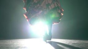 flamenco Beine des Mädchens sind Stepptanz Licht von hinten Rauchen Sie Hintergrund nahaufnahme stock video footage