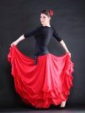 Flamenco espagnol attrayant de danse de jeune femme au-dessus de backg noir Image stock