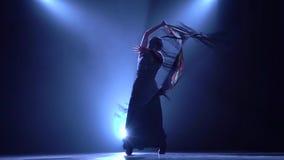 flamenco Kvinnan dansar med en manton i händerna av en spansk brandbombdans Llight bakifrån rök lager videofilmer