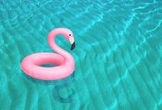 Flamenco rosado inflable que flota en la superficie del mar Fotografía de archivo