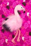 Flamenco rosado, juguete suave y globos en un fondo rosado con los corazones fotos de archivo libres de regalías