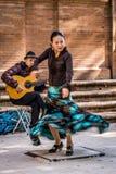 Flamencodansare i rörelse och gitarrist royaltyfri bild