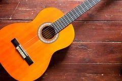 Flamencogitarre auf hölzernem Hintergrund Lizenzfreie Stockfotografie