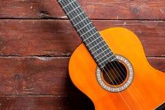 Flamencogitarre auf hölzernem Hintergrund Stockbilder