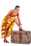 Flamencotänzer, der auf roten Schuh auf Koffer sich setzt Lizenzfreies Stockfoto