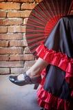 Flamencotänzer, der mit einem offenen Fan sitzt Lizenzfreie Stockfotografie