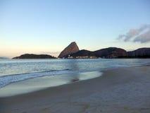 Flamengostrand en de piek van het suikerbrood in Rio de Janeiro stock afbeeldingen