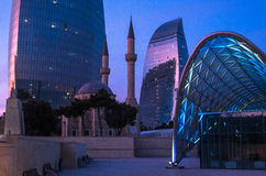 Flametowers nahe Moschee in Baku Lizenzfreie Stockfotos