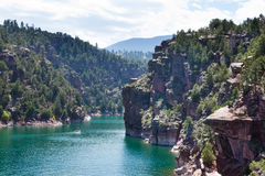 Flaming Gorge reservoir (UT): beautiful cliffs and emerald wate Royalty Free Stock Photos