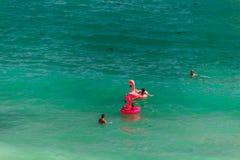 Flamingo gigante do rosa inflável em D Ana Beach, Lagos, Portugal fotografia de stock