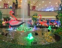 Flamingos auf einem Brunnen stockbild