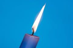 Flamma av blåttstearinljuset Arkivbilder