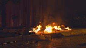 Flamma av brand i staden på asfalten lager videofilmer