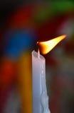 Flamma av den vita smältande stearinljuset i tempel eller kyrka Royaltyfri Foto